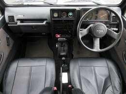 革調シートカバーが装着されております♪内装はブラックを基調としたシックで落ち着いた雰囲気の車内になっております♪パネル類にも目立つキズや汚れ等も無くとてもキレイな状態です♪