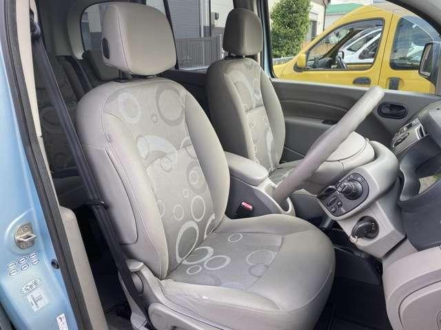運転席も、使用感少なく程度良好です!