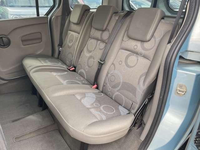 3人座っても広々座れる後部座席!家族やご友人でドライブを楽しんでください!