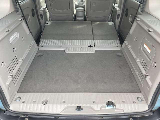 後部座席を倒せば大容量収納スペースを確保できます!