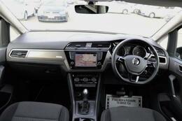 ドライバーを包み込むように傾斜したパネルにも、手を伸ばした先に自然と配置される操作系統にもこだわり、ドライビング中でも心地良い空間を作り上げております。一度お掛けになられてみてはどうでしょうか。