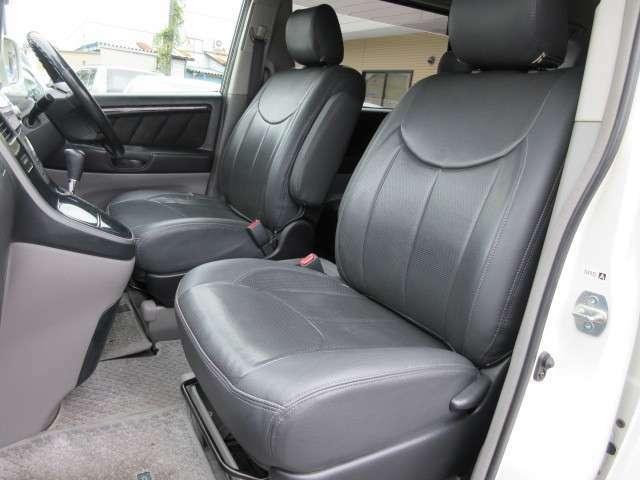 運転席と助手席のシートには目立つ擦れやキズ等もなくキレイな状態です♪シートのクッション性も良く座り心地も良好です♪コンソールにはドリンクホルダーと小物入れも装備されております♪