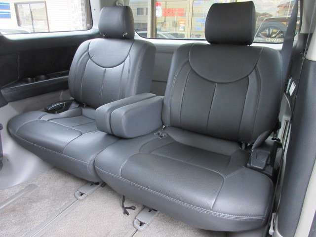 3列目のシートにも焦げ穴等はありません♪汚れがちなフロアマットも使用感が少なくキレイな状態で清潔感の有る車内になっております♪