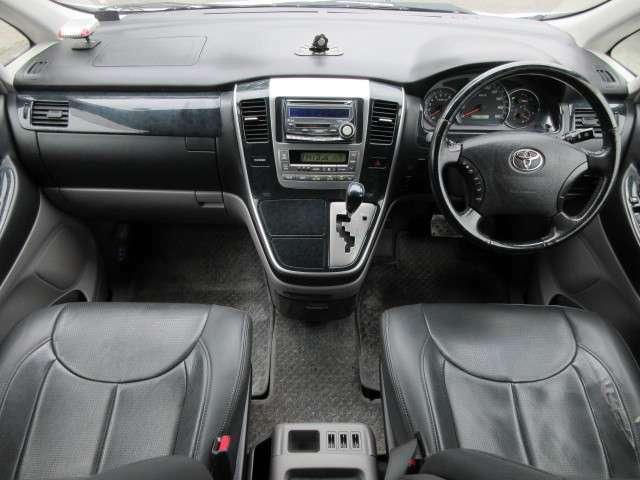 革調のシートカバーが装備されておりオシャレな車内です♪内装はブラックを基調としたシックで落ち着いた雰囲気の車内になっております♪パネル類にも目立つキズや汚れ等も無くとてもキレイな状態です♪