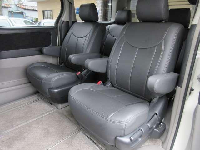 2列目のシートはキャプテンシートになっており座面も大きく座り心地も良好です♪肘掛けも装備されておりますので後席にお乗りになられる方もリラックスしてお座り頂けます♪