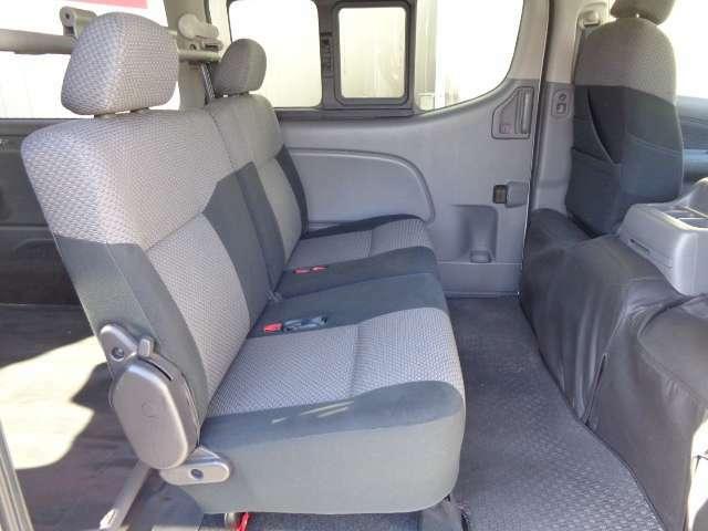 荷物の量や乗車人数に合わせて柔軟に対応できる、5:5分割可倒式シ-ト。お問い合わせは03-5672-1023へ