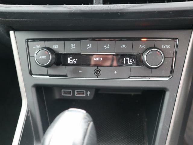 運転席、助手席でそれぞれ違う温度設定が出来る2ゾーンフルオートエアコン。花粉やダストを除去するフレッシュエアフィルターも付いてます。