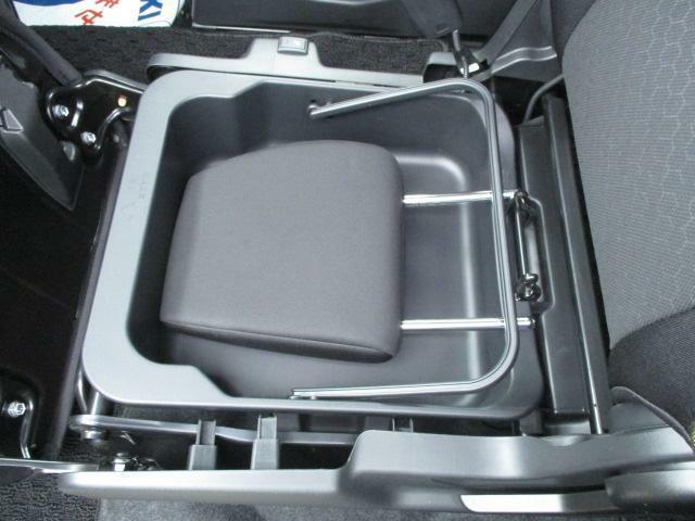 キーを取り出さなくても、エンジンが始動できます!助手席下には収納があります。ヘッドレストをしまえますよ!