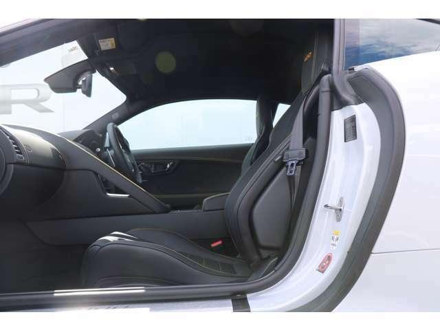 ヒーター&クーラー付きフロントシート、運手席・助手席(メモリー機能付き)