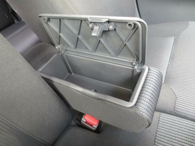 運転席と助手席の間には、収納ボックス付きフロントセンターアームレストがあります☆