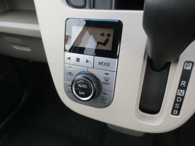 温度設定をすれば、自動で車内の温度管理をしてくれる快適装備のオートエアコンです☆