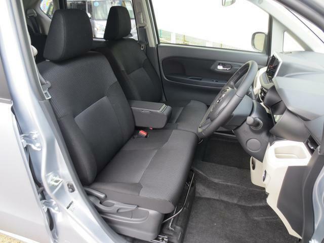 ブラック基調のクールな内装です☆座面が広くゆったり座れるベンチシートなので、運転も快適です♪座席の横移動もスムーズにできます!