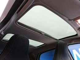●ガラスルーフなので開放感あるドライブをお楽しみいただけます。
