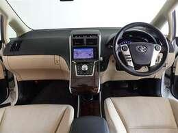 革巻きステアリングで、快適な操作性の運転席です。上質な座り心地で長距離運転も疲れません。