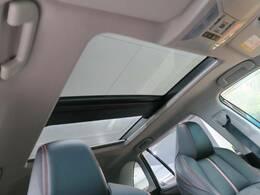 【ムーンルーフ】ボタンひとつで開閉可能な開放感たっぷりのガラスのルーフ!オプションのため、中古車としては大変珍しいです!小さなお子様も大喜びすること間違い無しです!!