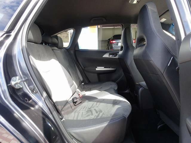 足元にお荷物を置いてもゆとりのある空間で、ロングドライブでも快適にお過ごしいただけます