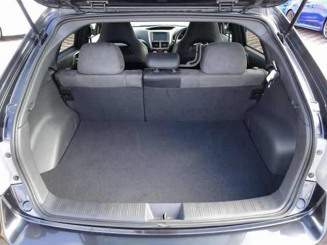 トランクルームは奥行きもあり、充分な収納スペースを確保できます。後部座席はトランクスルーとなり長い荷物も安心です。