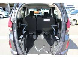 スロープ板を展開して車いすの方が入ります。車いすの方1名と他に5名の6人乗りです。