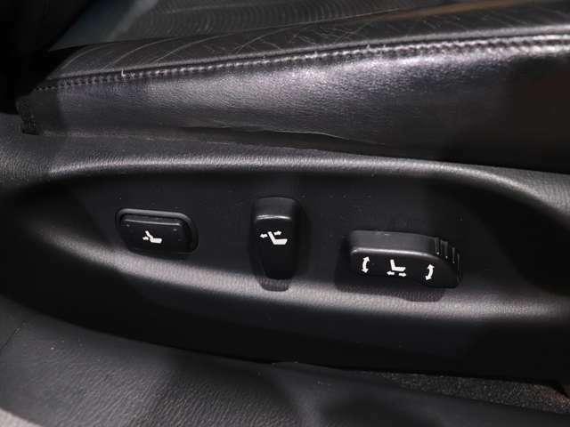 【 全席パワーシート 】前席に加え、後席にもパワーシートが装備されています。後席に乗車した方も、シート位置調整が電動でできます。