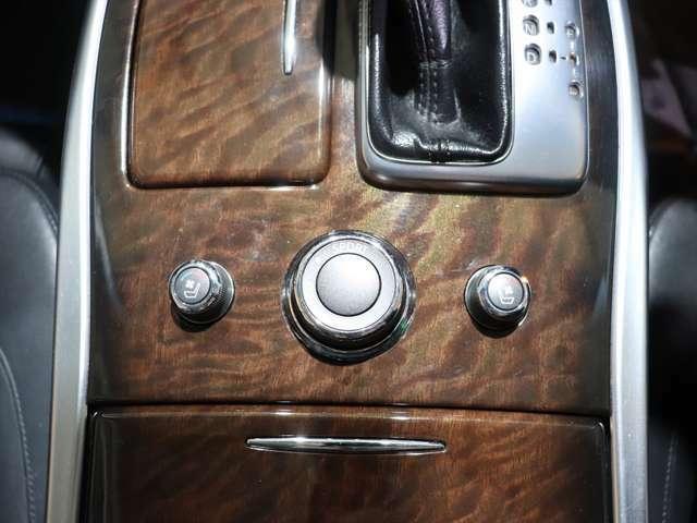 【 シートエアコン 】シートヒーターとシートクーラーを装備。シートのみを冬はすぐに温め、夏はすぐに涼しくさせる豪華な装備となっております。