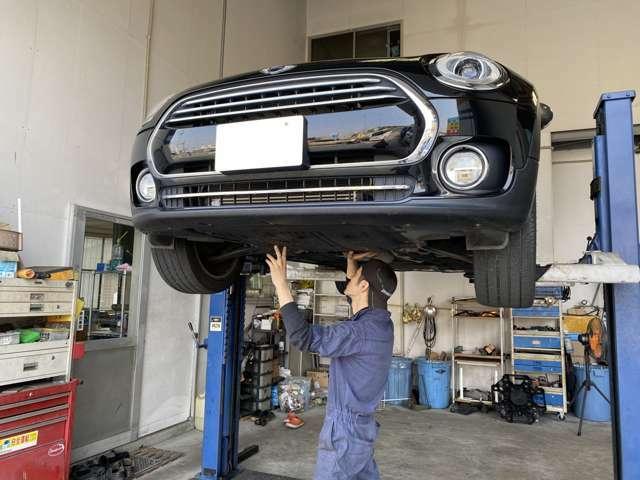 bobでは自社整備工場完備で、一級自動車整備士が常駐しています!お客様の納車車両の点検整備をさせて頂いております。もちろん在庫車両は点検済みで店頭に並んでいますので全車安心して試運転して頂けます。