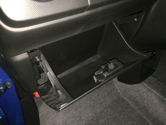 グローブボックスもあります。車検証などを入れることができます。