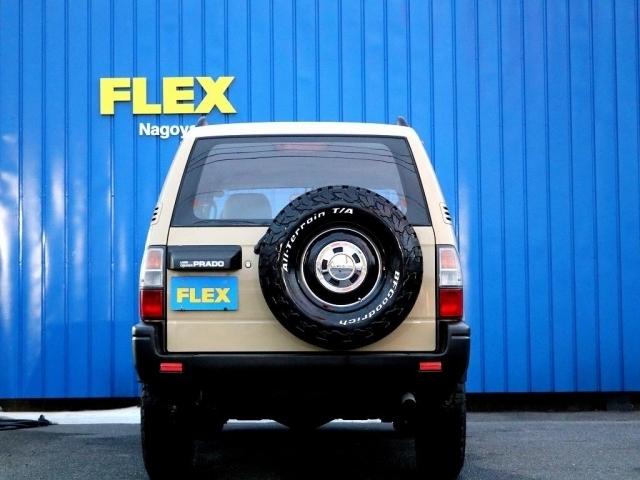 背面タイヤにも、足元と同じタイヤ&ホイールを取り付けています!現代の車はコンパクトになりつつありますが、背面タイヤが付いている車も悪くないのではないでしょうか?