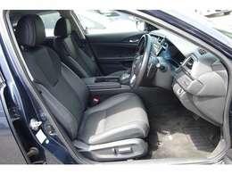 運転席はパワーシートでシートヒーターも装備しています