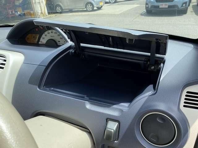 ★ハンドル奥のグローブボックスです♪使いだすと大変便利な収納スペースです♪