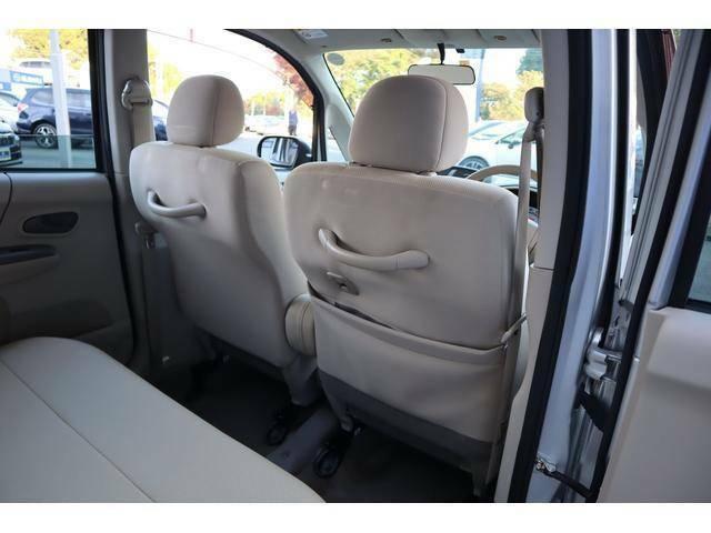 運転席裏にも収納スペースがあります
