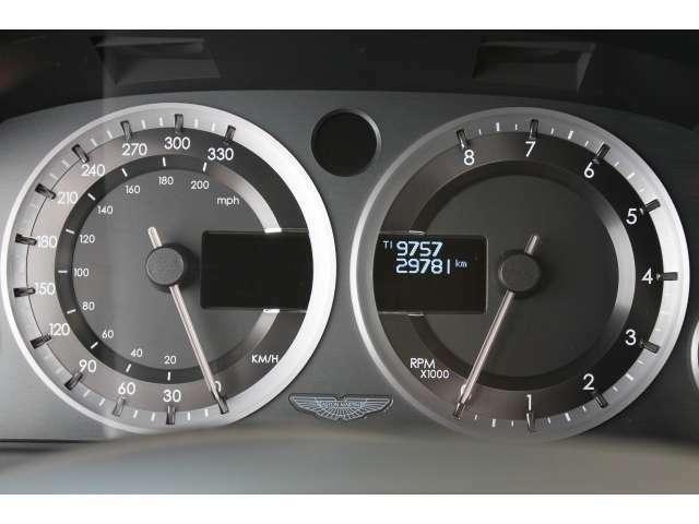 今では貴重なアナログ式メーターパネル タコメーターが反時計回りに回転するのはアストンマーティンならではのこだわりです。