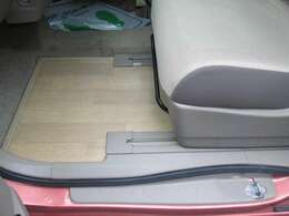 助手席足元と後部座席の足元はフローリングになっています♪