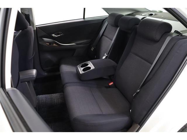 後部座席は足もとが広く、ヘッドクリアランスも充分な余裕があります。ドリンクホルダー付きのセンターアームレストで適度なパーソナルスペースが確保できます。