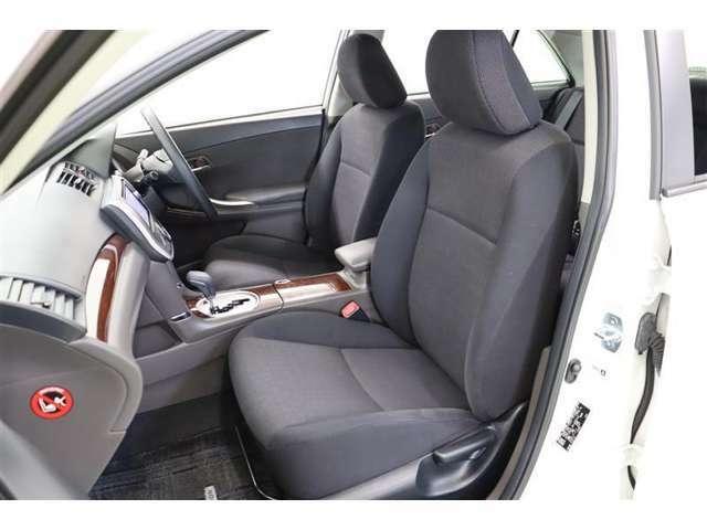 サイドが張り出し安定感のあるシートは通気性が良く蒸れにくいモケットです。クッションが柔らかく、座り心地の良いシートです。