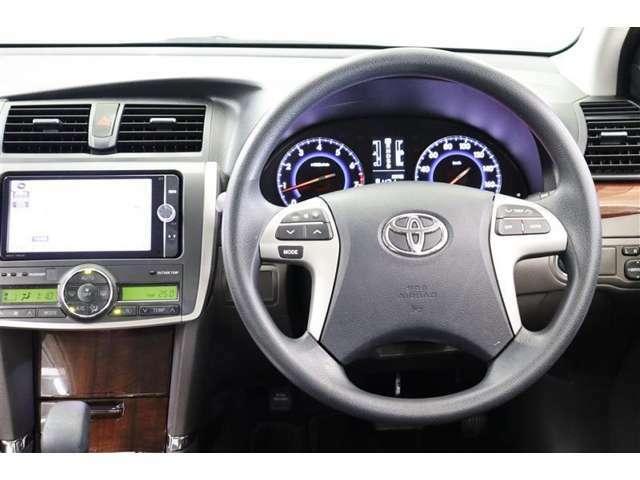 ステアリングスイッチでエアコンやオーディオ操作が出来ます。走行中に視線を逸らさず操作できますので、安全運転に繋がります。