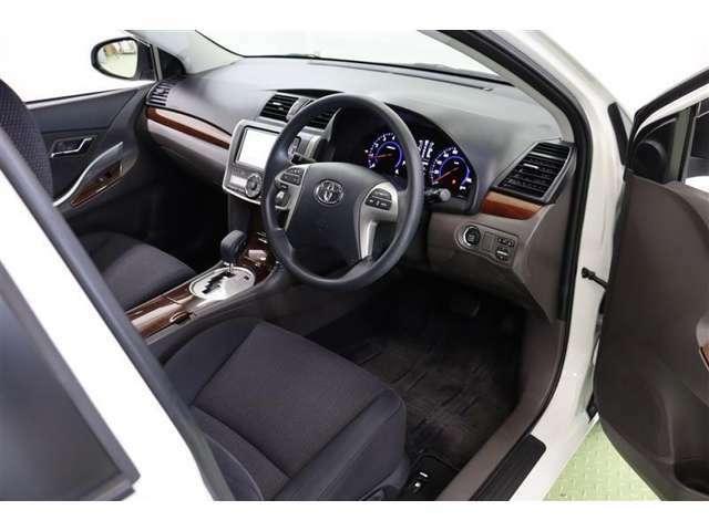 運転席は膝周りには充分な余裕がありながらも適度な包まれ感があり、居心地のよい空間です。
