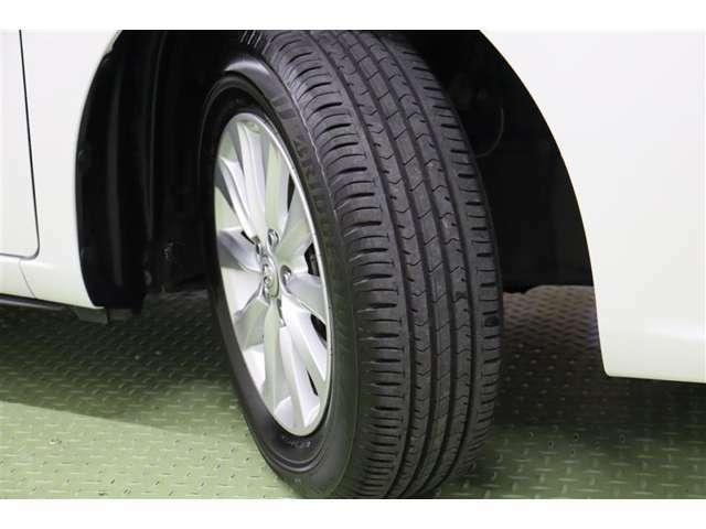 タイヤサイズ 195/65R15。純正アルミホイール装着です。足元を引き締めてくれ、しっかりした走りも楽しめますよ。