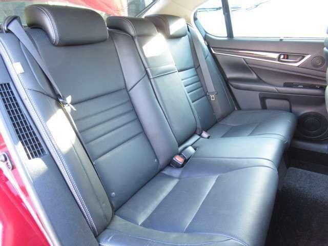 後部座席も使用感少なくキレイです♪電動サンシェードも装備♪