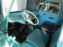 シートはクッションが厚く座り心地も上々。シートの間にはエンジンへのアクセスドアがあります。