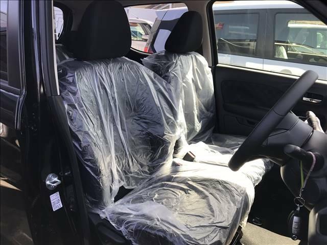 左右がつながっているベンチシートタイプです。家のソファーみたいですね♪真ん中にはアームレストも装備してますので快適なドライブが楽しめます♪♪広々車内が良いですね。