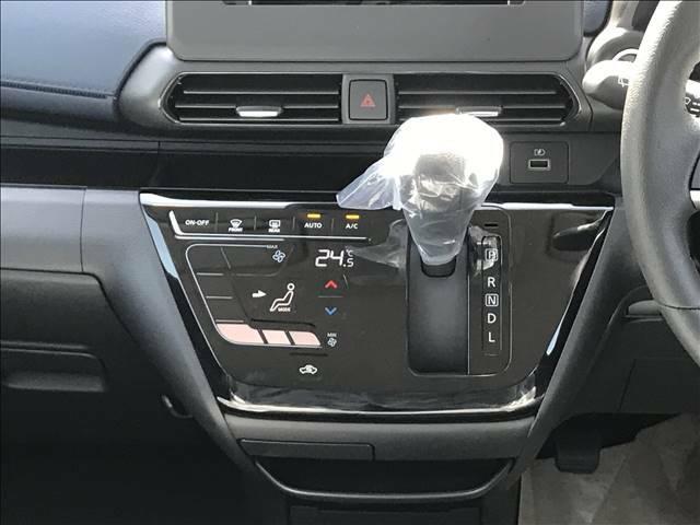エアコンは「オートエアコン」です。温度を決めていただければ自動で風量や風の温度を調整してくれる優れもの♪日常でよく使うエアコンですから便利な「オートエアコン」がオススメです。高級感もありますよ♪