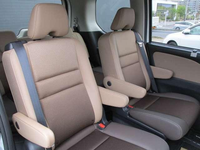 2列目シートの横スライド機能を使ってシートを中央に寄せれば、3列目シート側への開口が広がり、大人でもスムースに乗ったり降りたりできます。