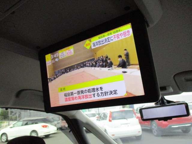 後席モニターです。走行中ももちろん地デジ、DVD見れます。渋滞中には効力発揮します。