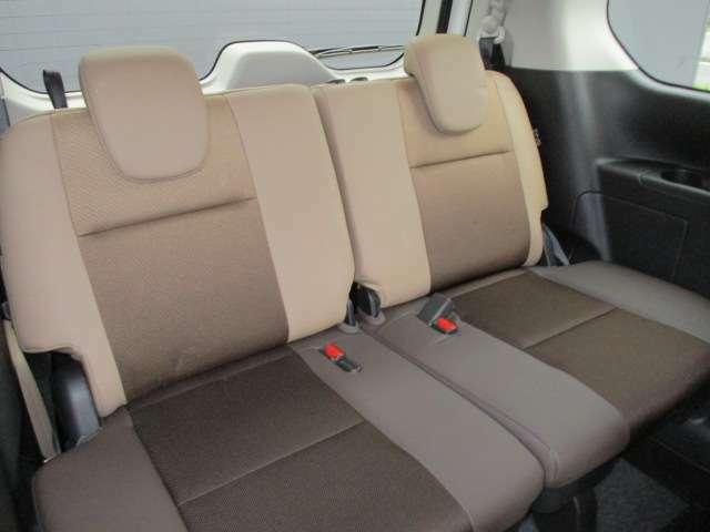 3列目シートには、スライド機構を採用。広い足元のほか、厚みのあるクッションとゆとりの座面幅で、たいせつな家族や友人を招待したくなる快適な座り心地です。