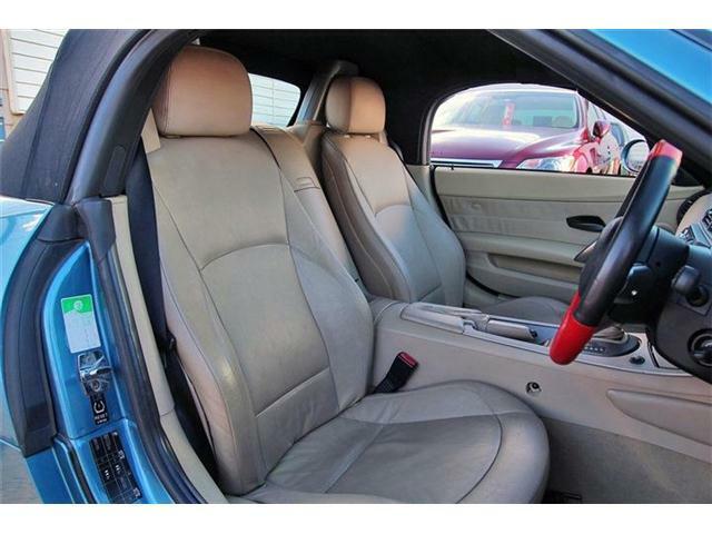 スポーティーな車両でありながら、ベージュレザーで仕上げられたシートはエレガントな雰囲気を醸し出しております。