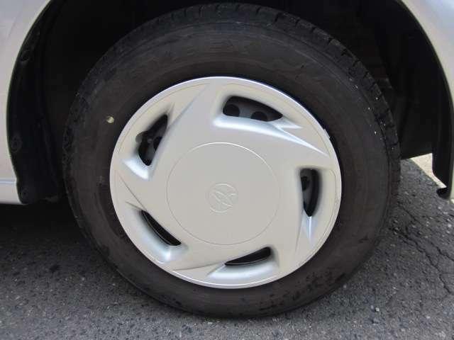 夏タイヤは純正ホイールキャップ付きの13インチスチールホイールです。タイヤサイズは165 70R13です。また、残り溝は4mmです。