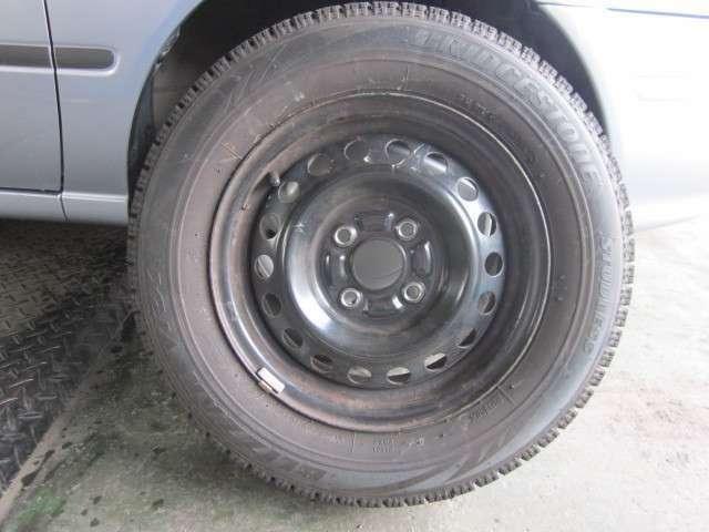 冬タイヤは純正ホイールの13インチスチールホイールです。タイヤサイズは165 70R13です。また、残り溝は7mmです。