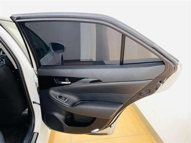 後部座席ドアパネルの内側の写真になります。