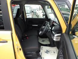 前方座席は運転席にアームレストと助手席の下には大きなボックスが装備されています。
