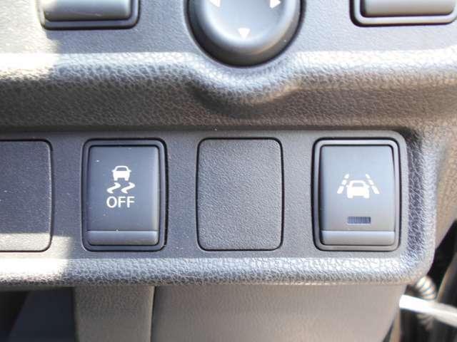 車線逸脱警報は意図せず走行車線を逸脱しそうな場合に警告表示とブザーで注意を喚起してくれます。60キロ以上での走行中に作動します。